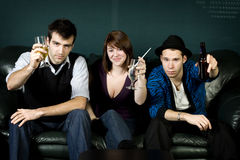 Drie Vrienden die met dranken partying stock foto's