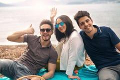 Drie vrienden die pret hebben stock fotografie
