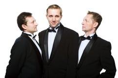 Drie vrienden in een zwarte smoking Royalty-vrije Stock Foto