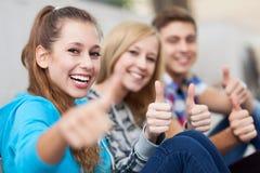 Drie vrienden met omhoog duimen Royalty-vrije Stock Foto