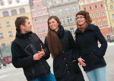 Drie vrienden op een straat Stock Foto's