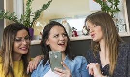 Drie vrienden spreken royalty-vrije stock afbeelding