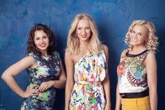 Drie vrolijke meisjes Stock Afbeeldingen