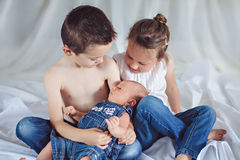 Drie vrolijke siblings stock afbeelding