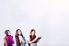 Drie vrouwelijke studenten met exemplaarruimte royalty-vrije stock foto