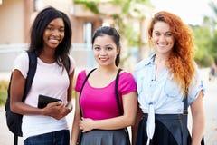 Drie Vrouwelijke Universitaire Student Outdoors On Campus royalty-vrije stock afbeeldingen