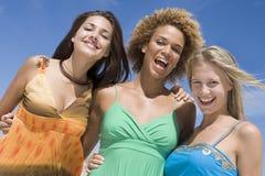 Drie vrouwelijke vrienden Stock Afbeeldingen