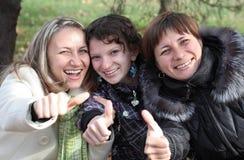 Drie vrouwelijke vrienden die pret hebben Royalty-vrije Stock Foto