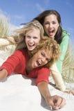 Drie vrouwelijke vrienden die pret hebben bij strand Stock Afbeeldingen