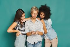 Drie vrouwelijke vrienden die smartphones gebruiken Royalty-vrije Stock Foto