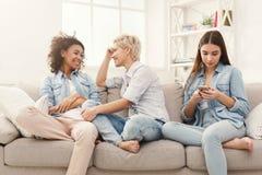 Drie vrouwelijke vrienden die thuis ontspannen Royalty-vrije Stock Foto's