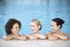 Drie Vrouwelijke Vrienden in Zwembad Stock Afbeeldingen