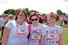 Drie vrouwen bij Ras voor het Levensgebeurtenis Stock Afbeeldingen