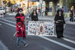 Drie Vrouwen in Dia De Los Muertos Procession Stock Afbeeldingen