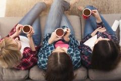 Drie vrouwen die film thuis op hoogste mening letten royalty-vrije stock foto