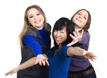 Drie vrouwen die iets proberen te krijgen Stock Foto's