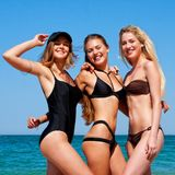 Drie vrouwen op het strand Stock Foto