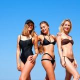 Drie vrouwen op het strand Stock Afbeelding