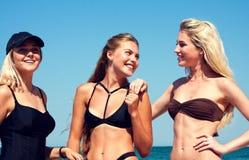 Drie vrouwen op het strand Royalty-vrije Stock Afbeeldingen
