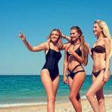 Drie vrouwen op het strand Royalty-vrije Stock Foto's