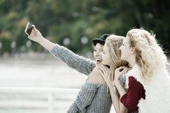 Drie vrouwen openlucht nemen selfie royalty-vrije stock foto