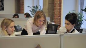 Drie vrouwen spreken werkplaats in groot bedrijf stock videobeelden