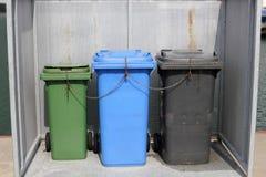 Drie vuilnisbakken in een doos Stock Fotografie