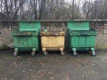 Drie vuilnisbakken met wielen en het vouwen van deksels Royalty-vrije Stock Fotografie