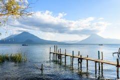 Drie vulkanen, Meer Atitlan, Guatemala Stock Afbeeldingen