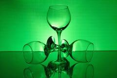 Drie wijnglazen met een groen licht Stock Fotografie