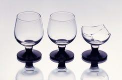 Drie wijnglazen met inbegrip van gebroken  Stock Foto