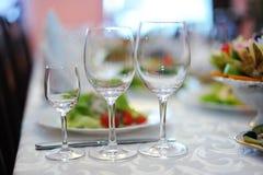 Drie wijnglazen op de lijst met tafelkleed in restauran Royalty-vrije Stock Foto's