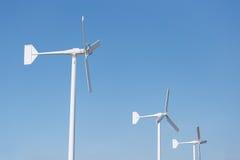 Drie windturbine op blauwe hemel Stock Foto