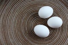 Drie witte eieren Stock Afbeeldingen