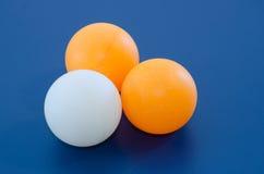 Drie Witte en oranje pingpongbal Stock Afbeeldingen