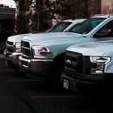 Drie witte het werkvrachtwagens op een rij royalty-vrije stock foto