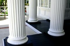 Drie witte kolommen stock fotografie