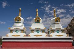Drie witte stupas met heldere decoratie, Thiksay-Klooster, La stock foto's
