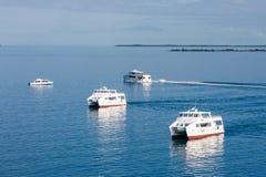 Drie Witte Veerboten op Kalm Blauw Water Royalty-vrije Stock Afbeelding