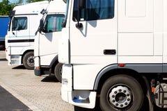 Drie witte vrachtwagens op parkeren royalty-vrije stock fotografie