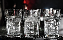 Drie wodkaglazen op de staaf met veel ijs Royalty-vrije Stock Foto