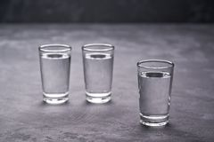 Drie wodkaschoten op zwarte lijst, exemplaarruimte royalty-vrije stock afbeelding