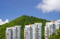 Drie woningbouw tegen een berg Stock Foto's
