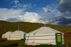 Drie yurts in de steppe stock foto