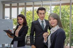 Drie zakenlieden in de vergaderzaal Team van het Aziatische bedrijfs stellen in vergaderzaal op kantoor Het werk brainstorming bi royalty-vrije stock afbeelding