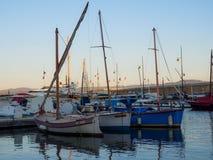 Drie zeilboten die in de haven van Saint Tropez worden opgesteld stock afbeelding