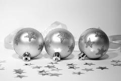 Drie zilveren Kerstmisballen met lint Royalty-vrije Stock Afbeeldingen