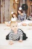 Drie zusters die in witte kronen stellen Royalty-vrije Stock Foto