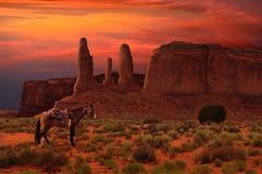 Drie Zusters en een paard in het Stammenpark van de Monumentenvallei, Arizona de V.S. royalty-vrije stock afbeelding