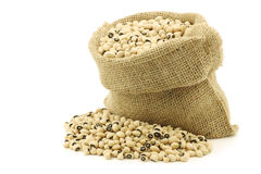 Dried black eyed peas in a burlap bag Stock Images